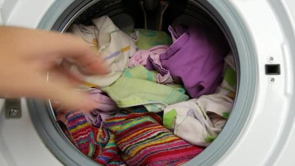 Közeli kép a férfi forgácsot mosni a mosógép mosoda