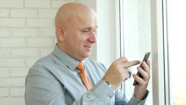 Podnikatel placení Online nakupování s informací o kreditní kartě používat Smartphone