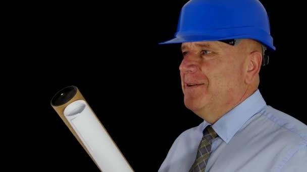 Ingenieur mit Plänen und Projekten in der Hand spricht und erklärt im Interview