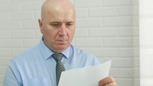 Geschäftsmann mit Bild im Badezimmerspiegel geöffnet und einen Brief gelesen