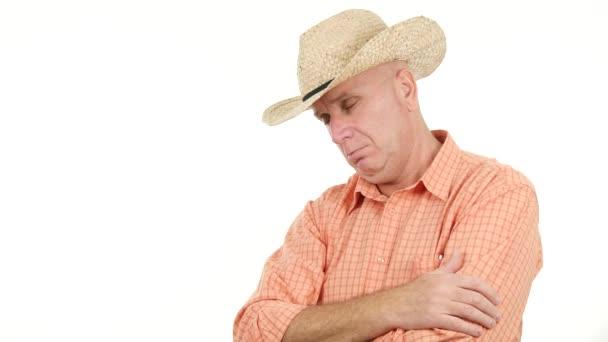 Farmer fáradtságérzés ásítás és megkezdeni az alvást, miután a kemény munkanap