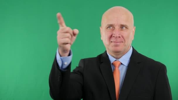 Šťastný podnikatel s prsty a palce nahoru s gesta rukou