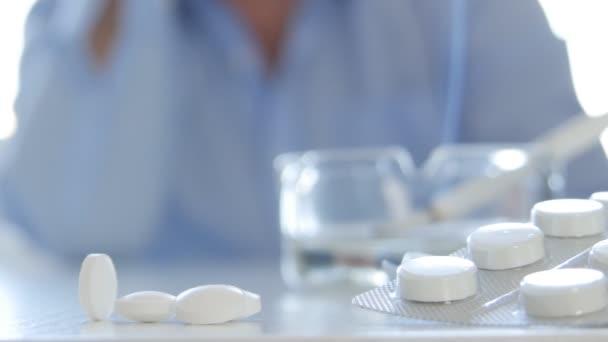 Trpící člověk rozostřený obraz před mnoha léků a cigaretový kouř