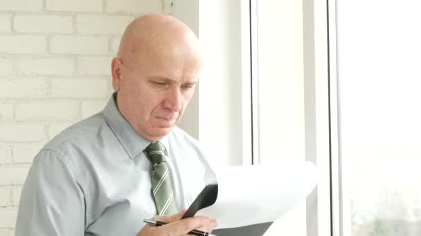 Üzletember irodában dolgát Tallózás írásban információt a vágólapra oldalak