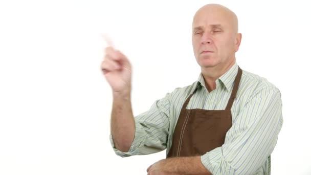vorzeigbare Mann mit Schürze machen kein Fingerzeichen eine Warnung und missbilligende Aktion