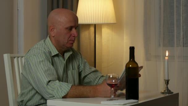 Muž sedící v restauraci u stolu číst noviny hledání finanční zprávy