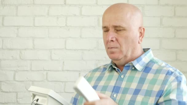Muž v místnosti úřadu zůstat před okno vytvářecí konverzaci pomocí pevné linky