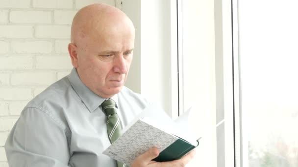Új napirend kezében üzletember Tallózás minden oldalt keres megírt tartalom