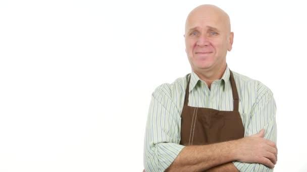 Arbeiter mit Schürze nicken und lächeln und machen eine No-Hand-Geste mit einem Finger