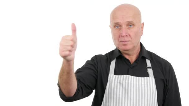 Sebevědomý člověk nosí zástěru palec nahoru znamená dobrou práci vážné gesta