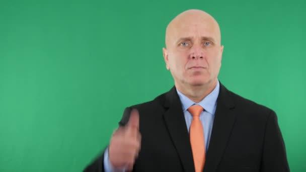 Jistý podnikatel palce vypadá vážně v prezentaci firmy