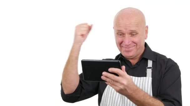 Enthusiasmus Mann Koch mit elektronischem Tablet lesen gute Nachrichten gestikulierend glücklich