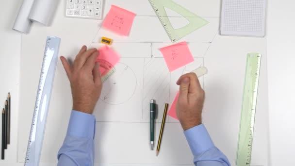 Felülnézet építész íróasztal ideges üzletember összetörni a kezét a Sticky Notes