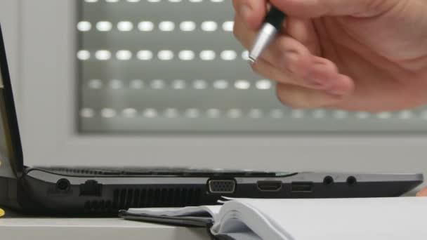 Üzletember irodai munkát írni a menetrend információ a Laptop