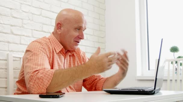 Zufrieden Geschäftsmann im Office Einsatz Laptop-Anschluss für Video-Konferenz (Ultra High Definition, Ultrahd, Ultra Hd, Uhd, 4k, 3840 x 2160)