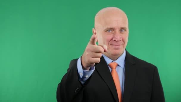 Podnikatel s úsměvem jistý aby palec nahoru gesta (Ultra High Definition, Ultrahd, Ultra Hd, Uhd, 4k, 3840 x 2160)
