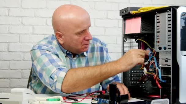 Techniker, der daran arbeitet, einen PC-Stop zu reparieren und ok Handzeichen zu machen (ultra high definition, ultrahd, ultra hd, uhd, 4k, 3840x2160)