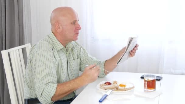 Podnikatel směřují zklamaný vzít oběd a čtení zákonů špatné zprávy