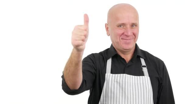 Zuversichtlich Mann trägt Schürze Thumbs Up lächelnd