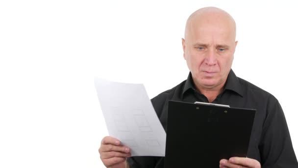 Irodai alkalmazott üzleti jegyzeteket írni a vágólapra oldalak