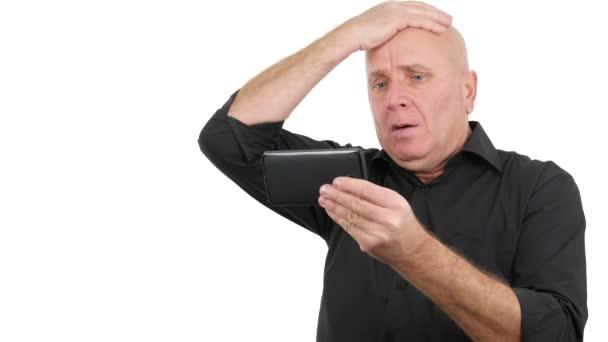 Nervózní podnikatel čtení špatné zprávy na tabletu se nervózní gesta