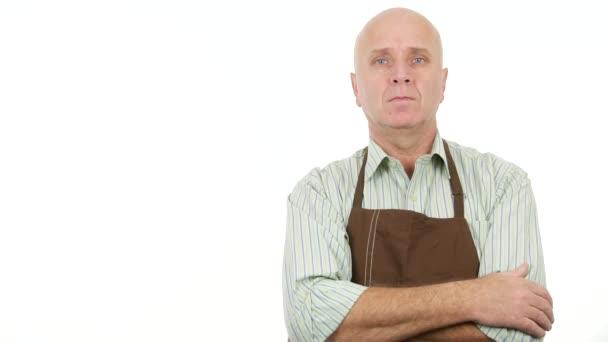 Bäckereiverkäuferin mit Schürze bleibt vor TV-Kamera ernst und schweigsam