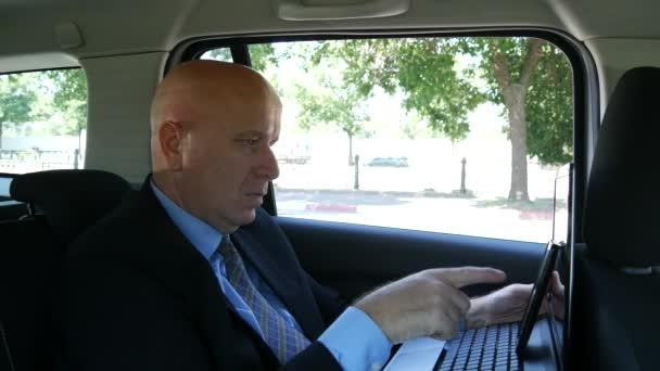 Manager im Auto Verwendung Laptop-Internet-Anschluss und Handy des Unternehmens