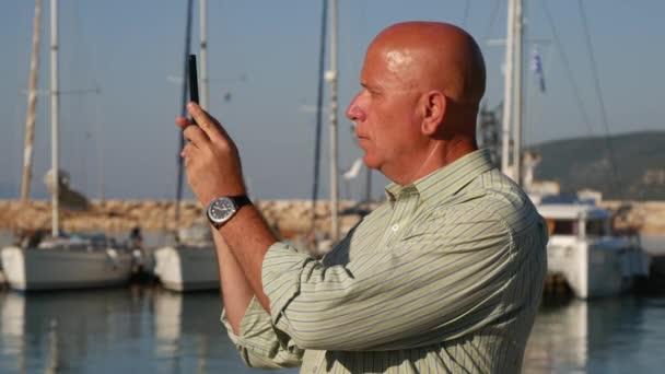 Turista, hogy a Selfie segítségével a mobiltelefon és a felvételt belső kamerával