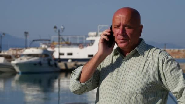 Šťastný podnikatel v přístavu buňky mluví Make vítěz nadšené gesta