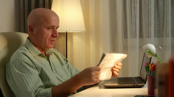 Podnikatel s novinami v místnosti úřadu čtení Daily News