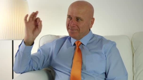 Šťastný podnikatel označující Ok rukou znamení dobrou práci gesto
