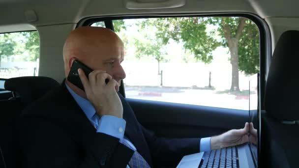 Manažer pracovní uvnitř Taxi Cab mluvit mobil pomocí notebooku psát zprávy