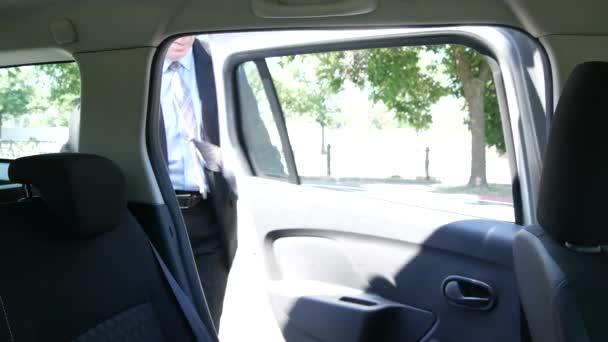 Podnikatel si v taxíku a dát řidič cílovou adresu pro cestu