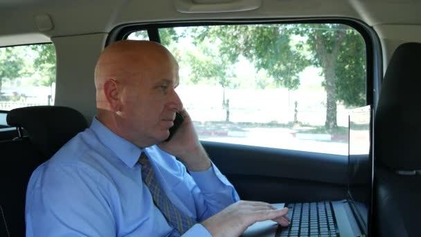 Geschäftsmann spricht mit dem Handy und arbeitet mit dem Laptop in der Zeit, die er mit dem Auto reist