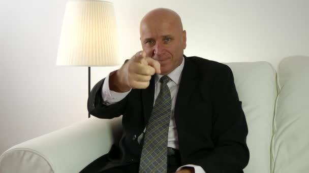 Podnikatel palec nahoru úsměv a ukazoval prstem, označující vaši osobu