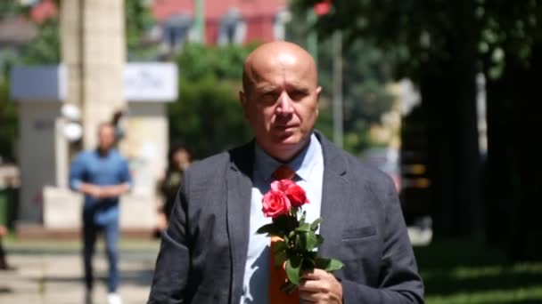Magabiztos ember, lesz egy találkozó, boldog és izgalmas, tartja a kezében vörös rózsa