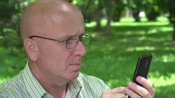 Ember visel szemüveget írni e-mailek segítségével mobil Internet kapcsolat
