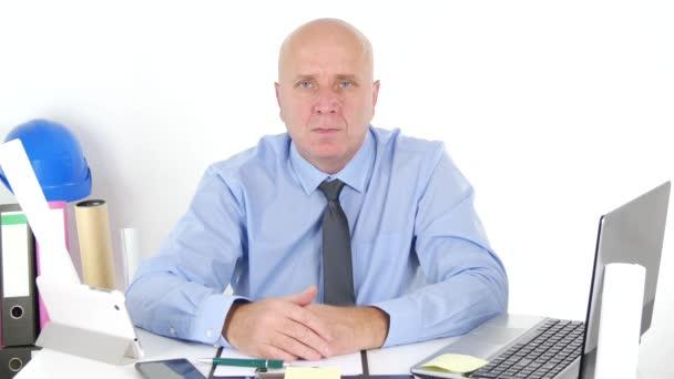 Technický obchodník v místnosti úřadu, aby žádné známky nesouhlasný gesto ruky