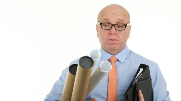 Podnikatel s plány a projekty, které nosí brýle ustaraně