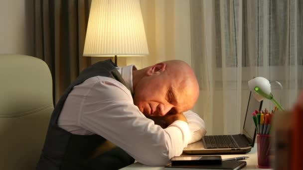Túlhajszolt, fáradt, laptop alvás után a kemény munkanap üzletember.