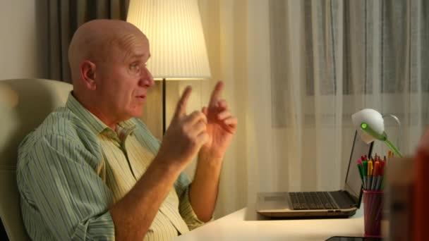 Üzletember az irodájában koncentrált beszél a cég értékesítési stratégia.