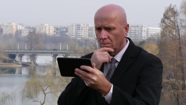 Komoly üzletember dolgozik használ érint Tabletta küld egy szöveges üzenetet e-mailben.