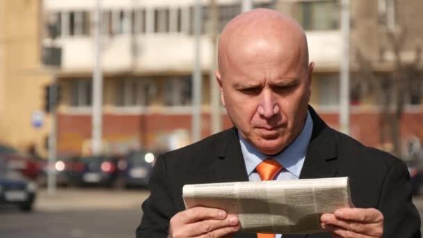 Podnikatel portrét čtení novin člověk kontrolu času Náramkové hodinky