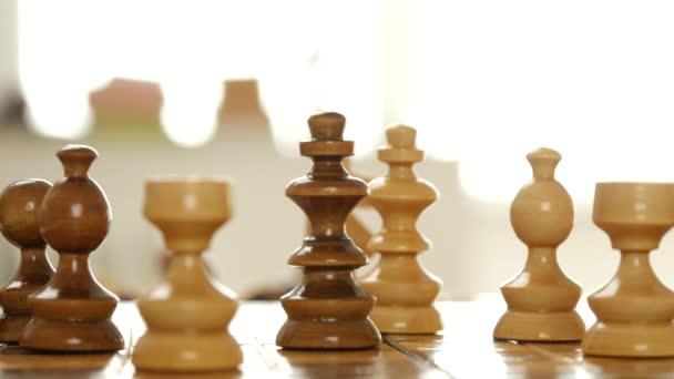 Zavřít obrázek s šachovou partii a hráče rukou v akci