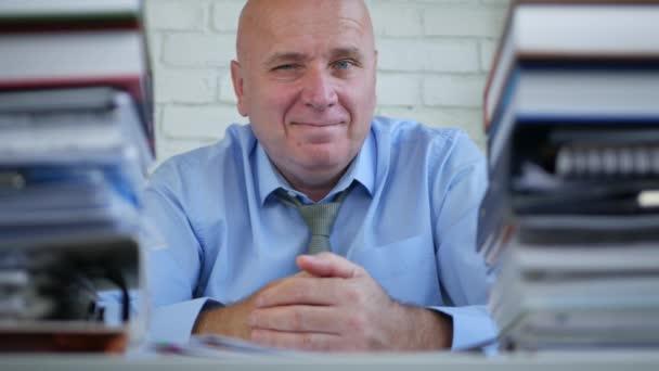 Podnikatel se legrační pohled gesto mrknutí úsměv před kamerou