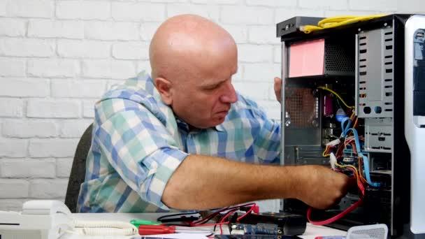Techniker, der in einem Computerservice arbeitet und Wartungsarbeiten erledigt