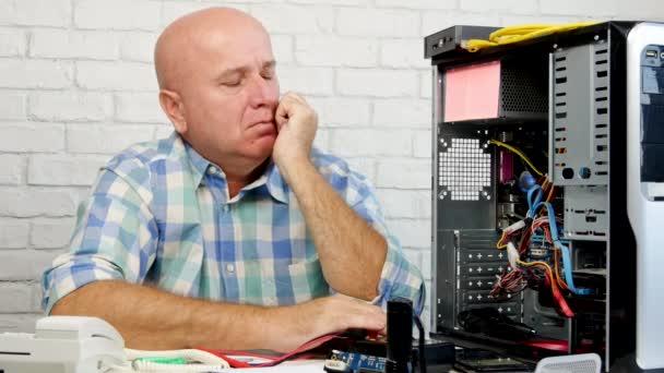 Techniker denken und versuchen, einen Computer zu reparieren