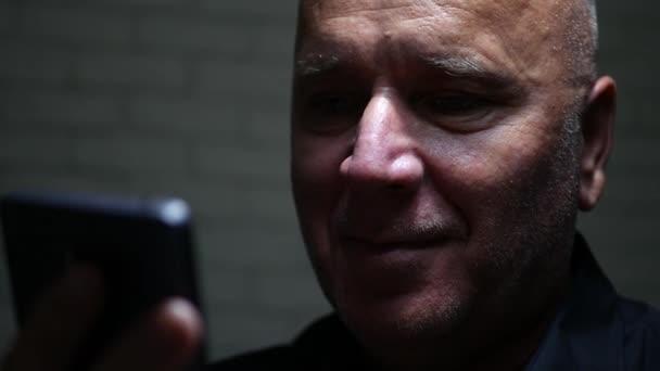 Šťastný podnikatel číst dobré finanční zprávy na mobil