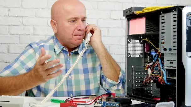 Mann, der in Computerwartung arbeitet, telefoniert und gestikuliert