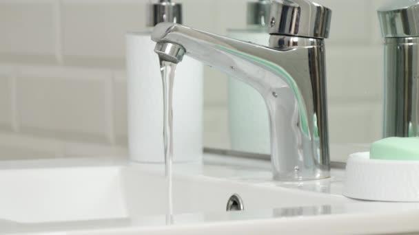 Belső fürdőszoba kép víz folyik a mosogató